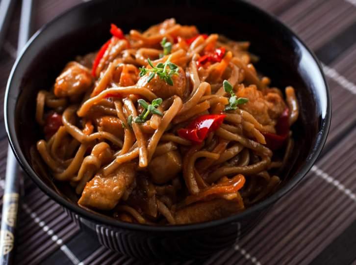Νουντλς με χοιρινό ή κοτόπουλο και λαχανικά